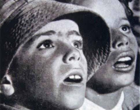 Una imagen de las Misiones Pedagógicas llevadas a cabo en Las Alpujarras en 1934. Dos niños contemplan por primera vez la proyección de una película. cuartopoder.es