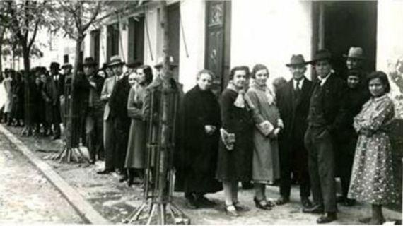 Colas para votar en Badajoz en las elecciones de 1936. Fernando Garrorena Arcas. eldiario.es